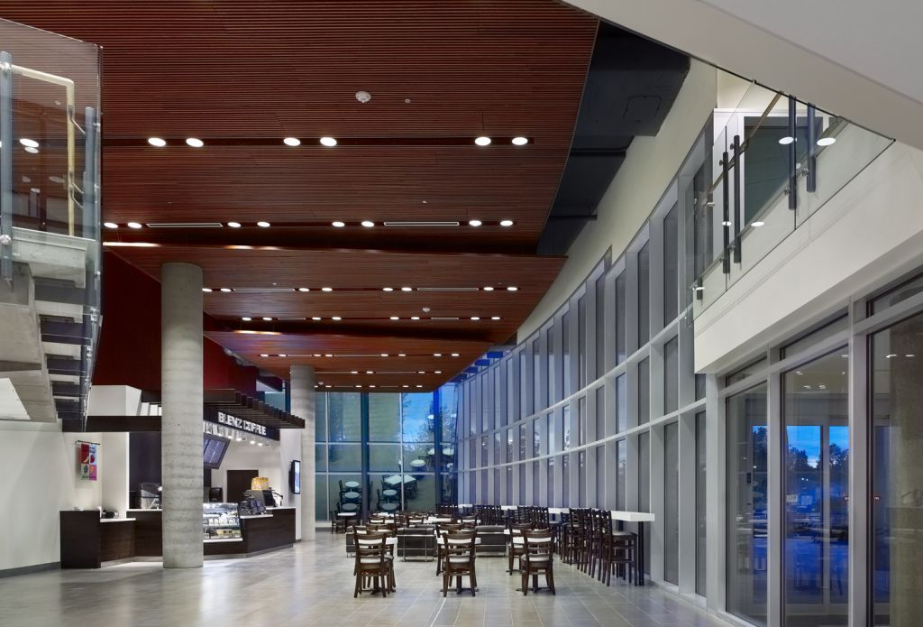 A centralized and easily accessible location for the cafeteria and main reception area aids wayfinding and reduces patient stress.