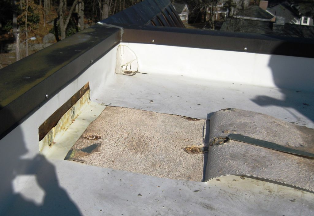 The roofi ng system must be protected from high indoor humidity with an above-deck air barrier and vapour retarder. The roofi ng system above humidifi ed space was damaged by fl ow of interior air into the roof, causing wetting and disintegration of the gypsum sheathing to which the roofi ng membrane was adhered.