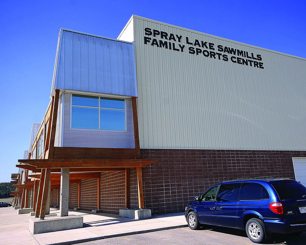 The Spray Lake Sawmills Family Sports Centre in Cochrane, Alberta welcomes more than 10,000 guests each week, and operates under a user-pay model. Photos courtesy Butler Manufacturing and Scott Builders Inc