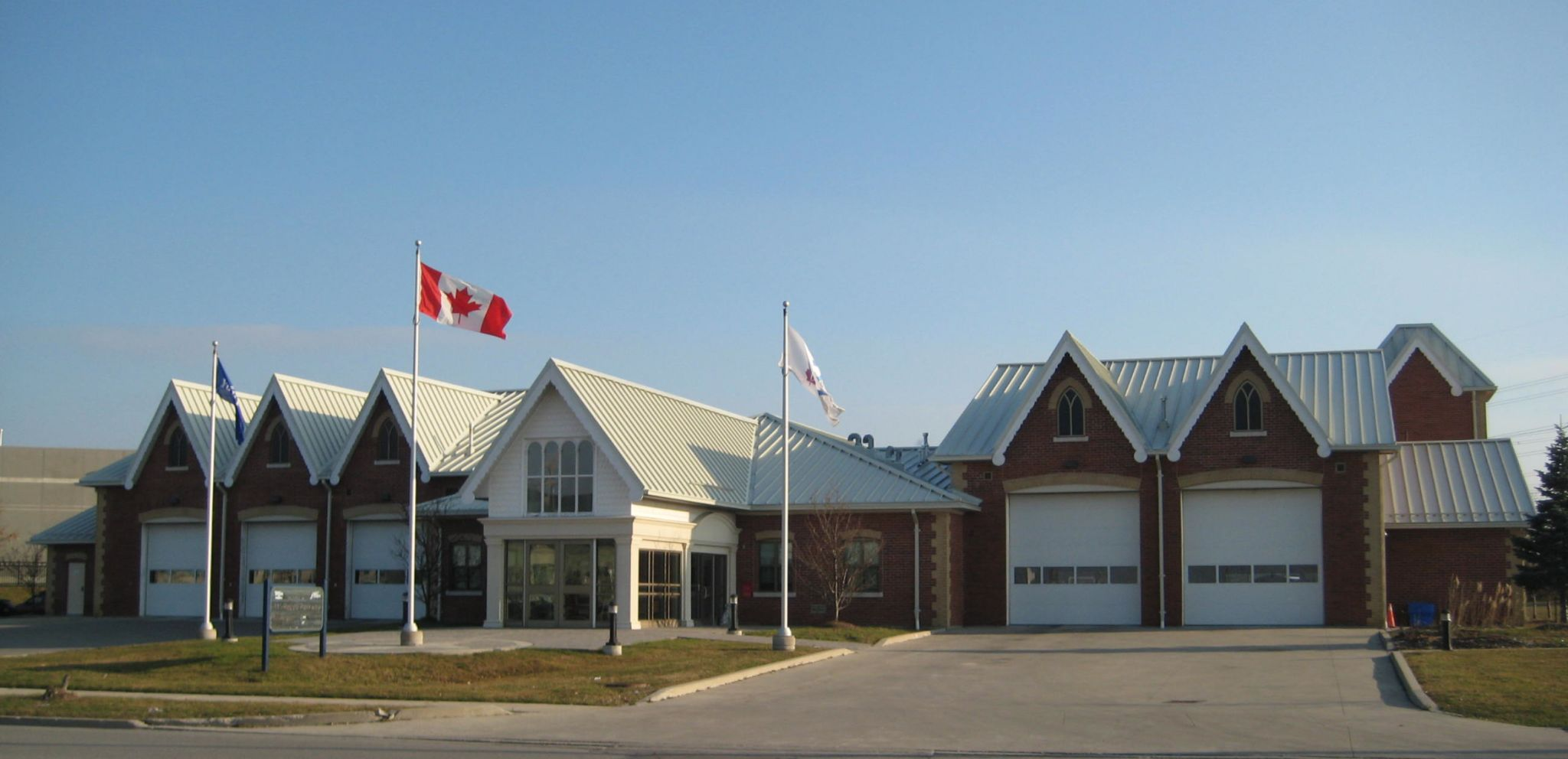 This township fi rehouse in Vaughan, Ont., employed symmetrical roof panels that facilitate easy installation of the roof from either end or the middle, ensuring symmetry.