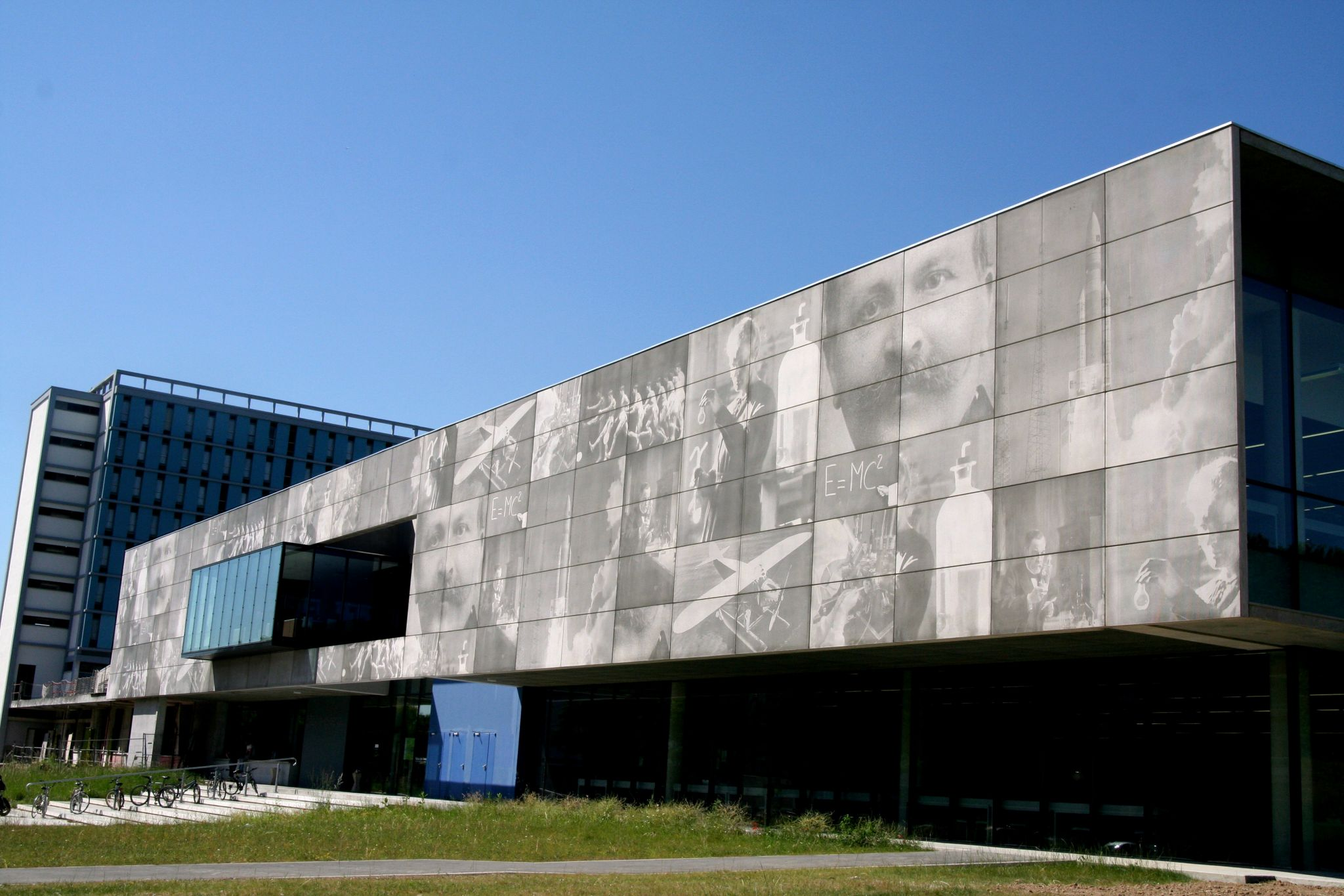 With photoengraved concrete, the sun's movement throughout the day gives rise to changing image effects on the building.