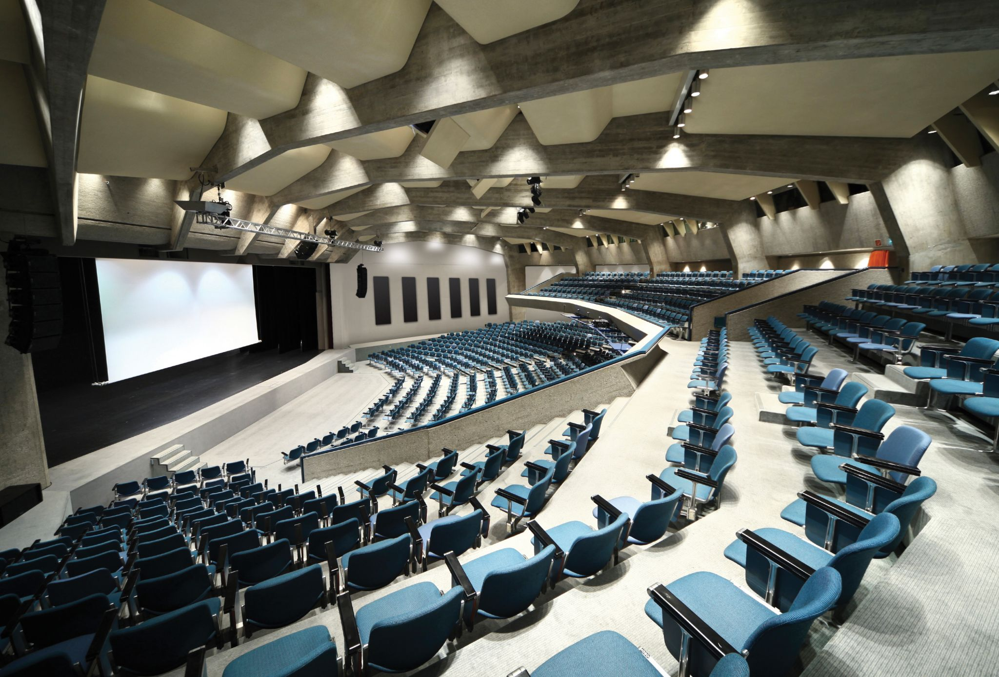The insulated boards used in the theatre panels shown here are covered in basstrap acousticenergy- absorbers. The insulated boards used in the theatre panels shown here are covered in basstrap acousticenergy- absorbers. Photo courtesy Roxul