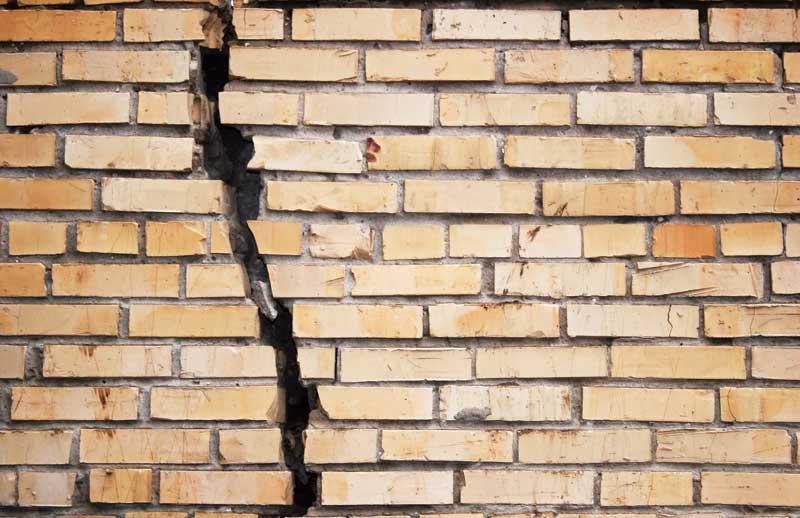 Чем заделать трещину в стене кирпичного дома 154