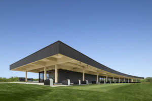 The new clubhouse building for Golf Exécutif Montréal boasts a massive wooden roof, whose clean lines echo the curve of the driving range. Photo © Stéphane Brügger