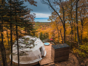 Set on a wooden patio, the Dômes Charlevoix is an eco-luxurious accommodation in Petite-Rivière-Saint-François, Qué. Photo © Maxime Valsan