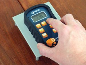 In-the-field calibration of a smart pinless moisture metre.